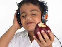苹果亚裔尖酸的男孩 库存照片