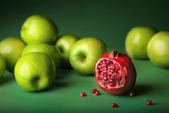 苹果仍然生活石榴 免版税库存图片