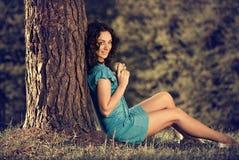 苹果俏丽的妇女 免版税图库摄影