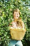 苹果农场女孩挑选年轻人 免版税库存图片