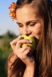 苹果叮咬女花童年轻人 免版税库存照片