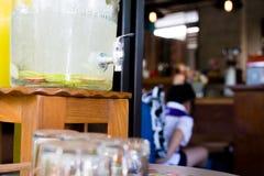 苹果可口刷新的饮料在咖啡馆,被灌输的水结果实 库存照片