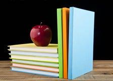苹果和书 免版税库存图片