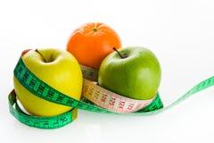 苹果和桔子与裁缝s统治者 免版税库存图片