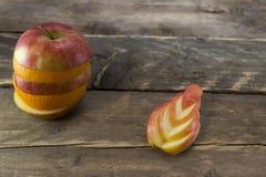 苹果和桔子的混合在一张木桌上 免版税库存图片