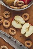 苹果和百吉卷在养殖的 库存图片