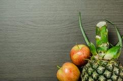 苹果和菠萝在表上 图库摄影