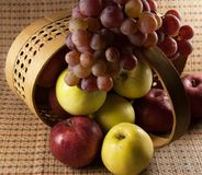 苹果和葡萄 免版税库存图片