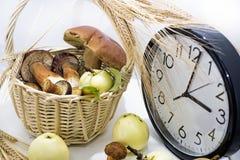 苹果和蘑菇与大时钟在白色背景 免版税库存图片