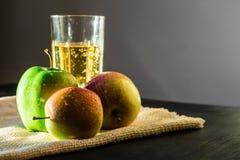 苹果和闪耀的苹果酒 库存照片