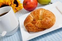 苹果咖啡新月形面包方格花布 库存图片