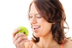 苹果咬住新鲜的健康妇女年轻人 图库摄影