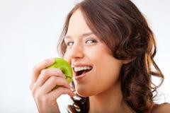 苹果咬住新鲜的健康妇女年轻人 免版税库存照片