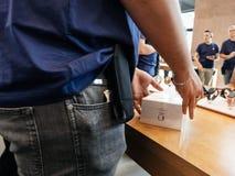 苹果天才新的iPhone 8和iPhone 8个加号在苹果计算机商店 库存照片