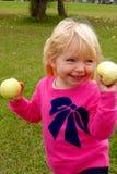 苹果女孩挑选年轻人 库存图片
