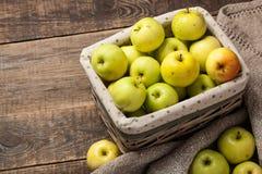 苹果成熟篮子的绿色 图库摄影