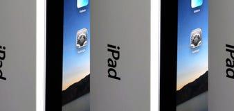 苹果把特写镜头ipad装箱 库存照片