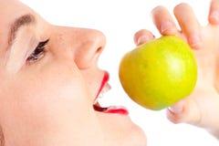 苹果接近的吃女孩绿色  库存图片