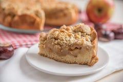 苹果新近地被烘烤的饼 图库摄影