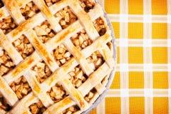 苹果新近地被烘烤的饼 库存图片
