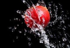 苹果新鲜的飞溅水 图库摄影