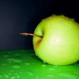 苹果新绿色waterdrops 免版税库存照片
