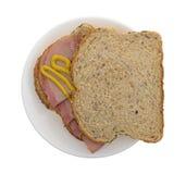 苹果木熏制的火腿用在面包的芥末 免版税图库摄影