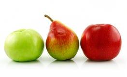 苹果查出梨成熟行白色 免版税库存照片