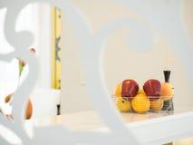 苹果桔子和篮子背景 节食的吃健康 免版税库存照片