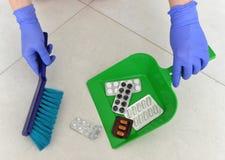 苹果概念卫生措施磁带 在一个瓢的药片garbagea的 投掷的药片a 免版税库存图片