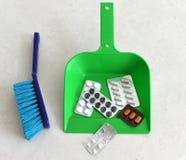 苹果概念卫生措施磁带 在一个瓢的药片garbagea的 投掷的药片a 免版税库存照片