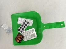 苹果概念卫生措施磁带 在一个瓢的药片garbagea的 投掷的药片a 免版税图库摄影