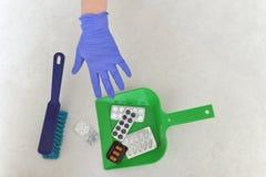 苹果概念卫生措施磁带 在一个瓢的药片garbagea的 投掷的药片a 库存图片