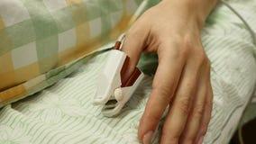 苹果概念卫生措施磁带 在女性耐心拇指的医疗手指传感器 医疗设备狭窄的角度射击在医房 股票录像