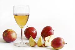 苹果汁和红色苹果,白色背景 库存照片