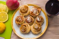 苹果汁桂皮卷,用糖粉 茶 图库摄影
