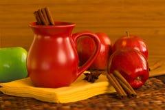 苹果汁桂香红色加香料的酒 免版税库存照片