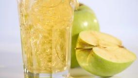 苹果汁涌入玻璃 Apple饮料 新鲜的苹果 股票录像