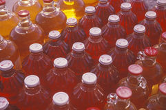 苹果汁瓶在白色鸽子MI的待售 库存图片