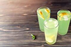 苹果汁用柠檬和冰 免版税库存照片