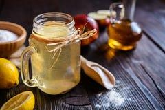 苹果汁醋、柠檬和发面苏打喝 免版税库存照片