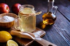 苹果汁醋、柠檬和发面苏打喝 库存图片