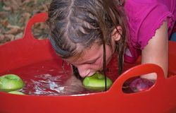 苹果浮动的女孩年轻人 图库摄影