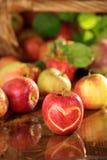 苹果湿篮子的表 免版税图库摄影