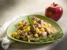 苹果炖煮的食物小牛肉 免版税库存图片