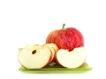 苹果片断在绿色盘的 免版税库存图片