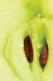 苹果特写镜头核心剪切了绿色半宏观种子 库存照片