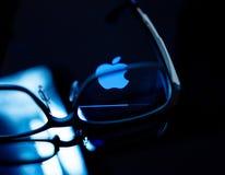 苹果电脑略写法商标载重梁蓝色定调子 免版税库存照片