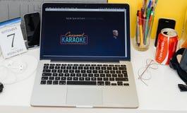 苹果电脑网站陈列的合伙使用汽车卡拉OK演唱和提姆・库克 免版税库存图片