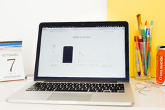 苹果电脑网站陈列的箱子内容iPhone 7 图库摄影